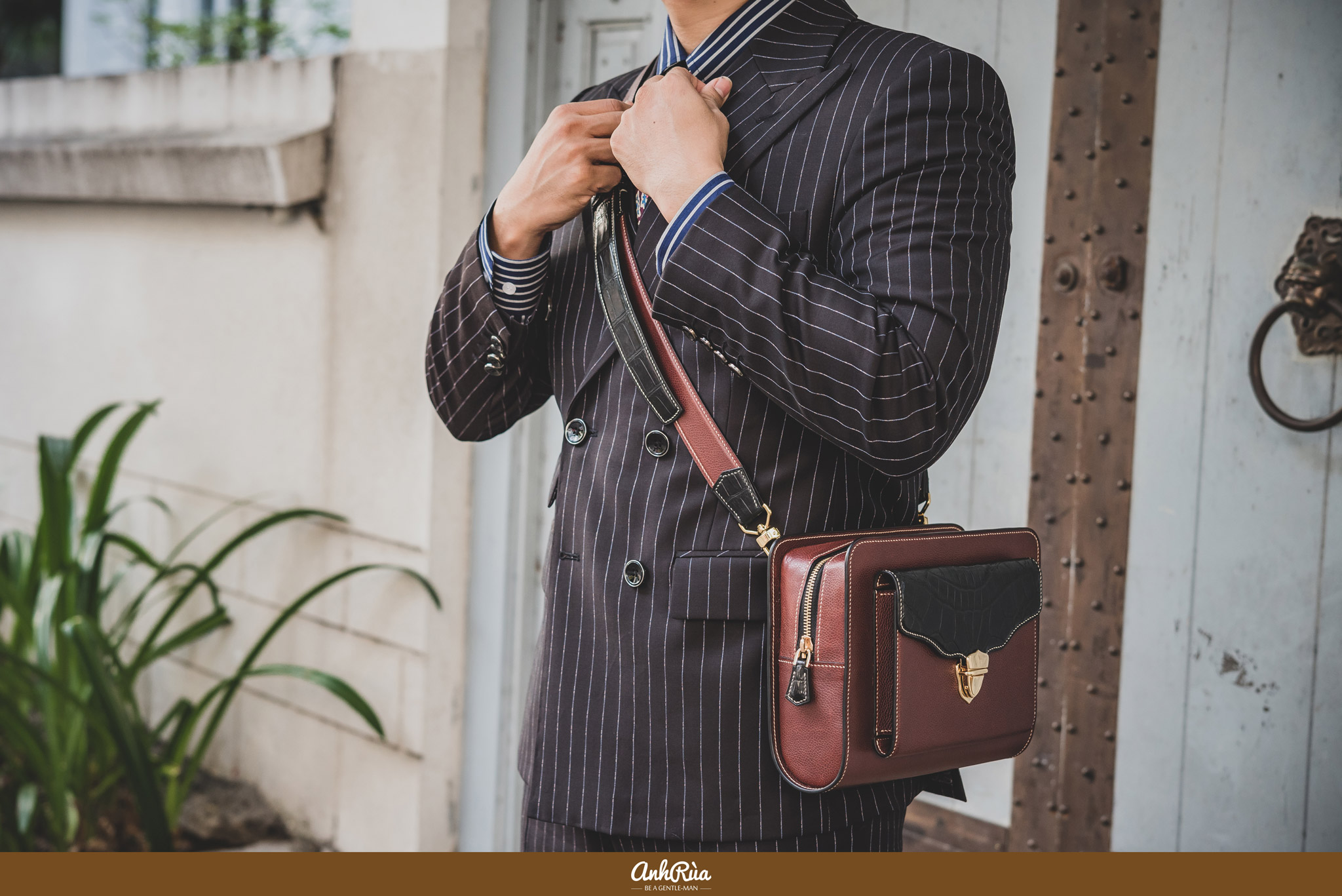 Clutch phối với brown stripe suit
